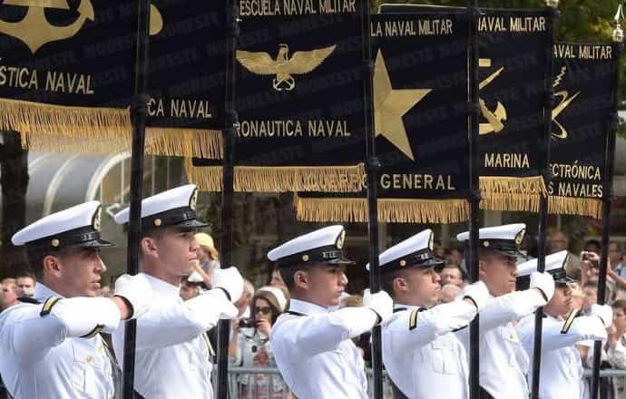 marinos con banderines de oferta académica