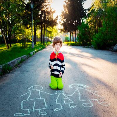 Niño dibujando su familia